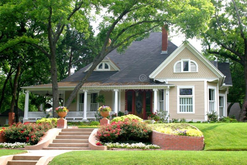 Klassisches Haus mit Blumengarten lizenzfreies stockbild