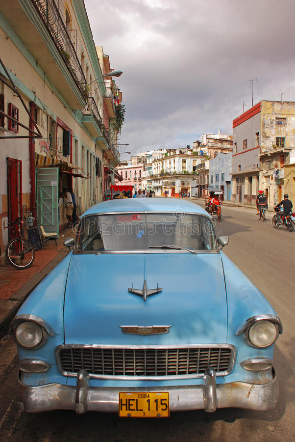 Klassisches hellblaues kubanisches Auto am Straßenrand in Havana stockbild