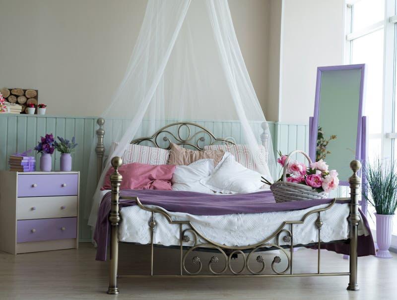 Klassisches helles Innenschlafzimmer mit großem Bett und lizenzfreie stockfotografie