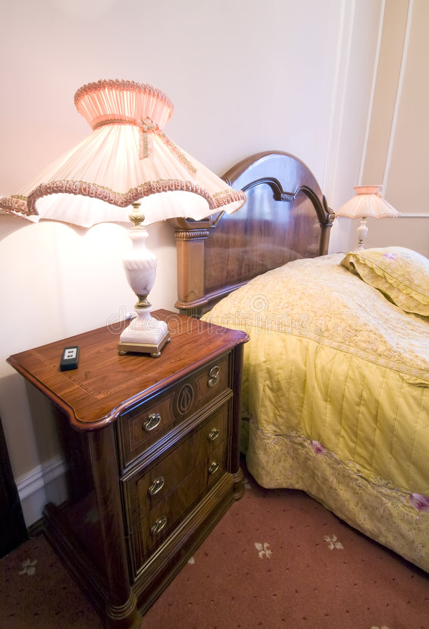 Klassisches Hotelschlafzimmer stockbild