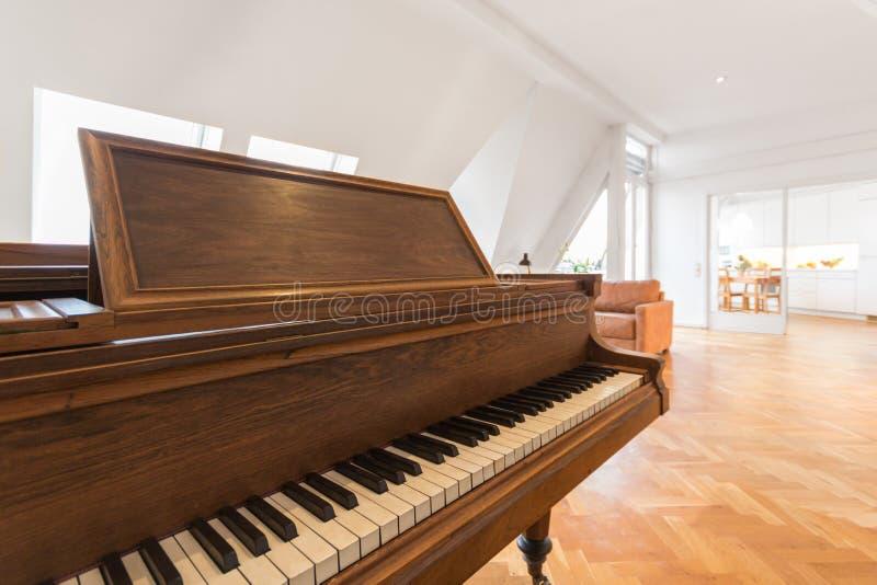Klassisches Klavier im schönen Wohnzimmer lizenzfreie stockbilder