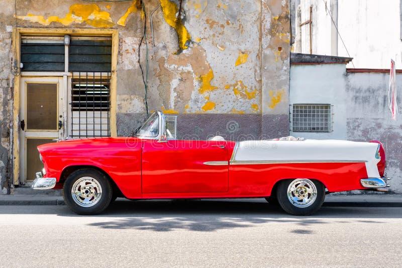 Klassisches konvertierbares Auto nahe bei einem schäbigen Gebäude in altem Havana stockfotos