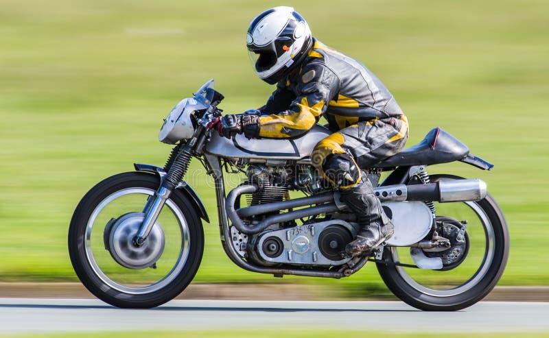 Klassisches laufendes Motorrad stockbild