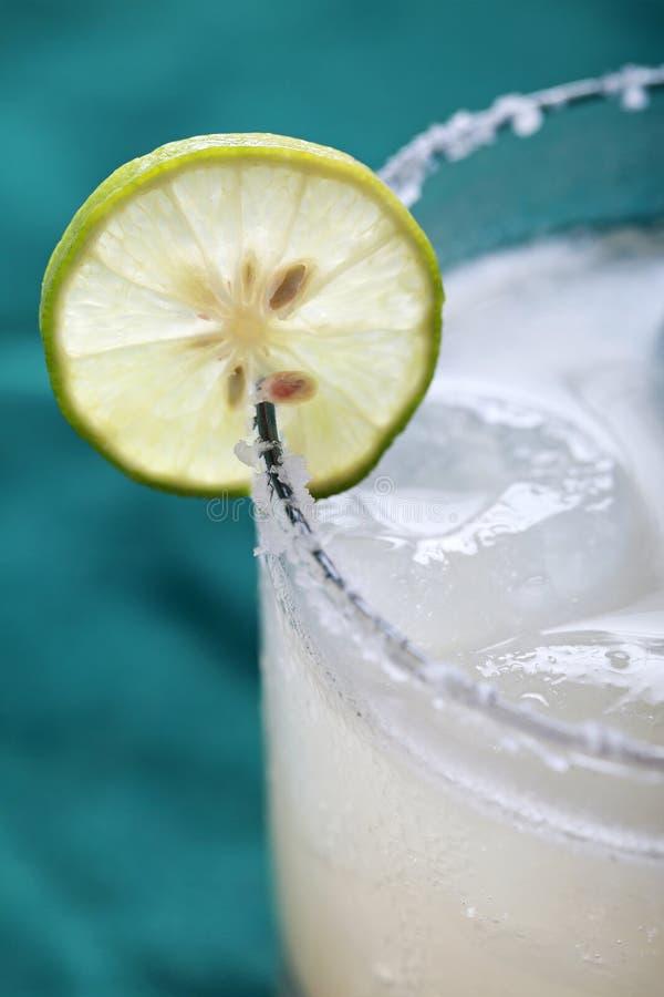 Klassisches Margaritacocktail mit Kalk und salziger Kante stockfoto
