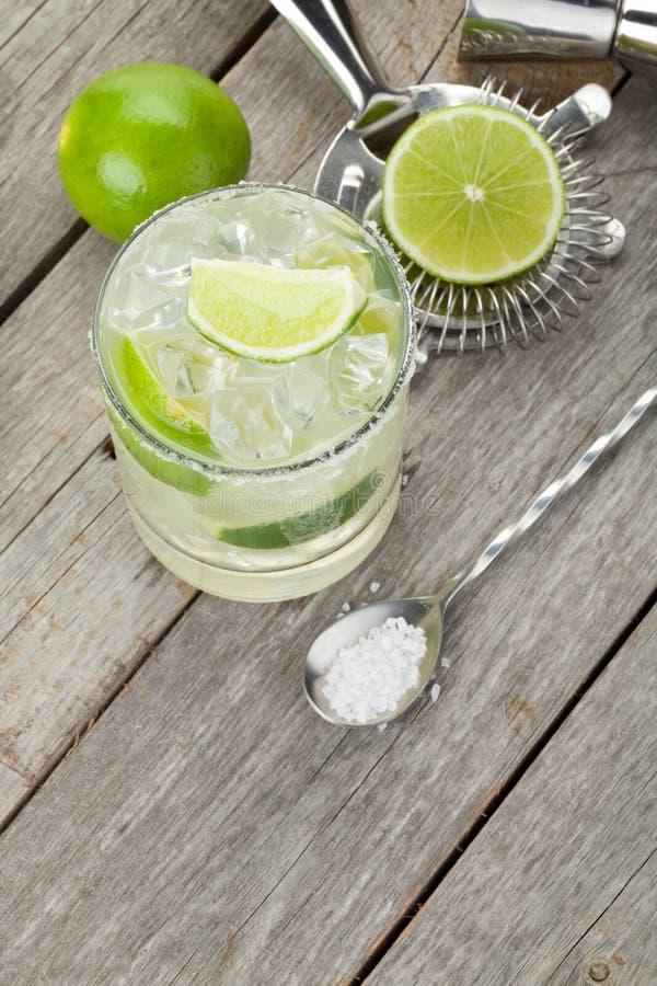 Klassisches Margaritacocktail mit salziger Kante auf Holztisch lizenzfreie stockfotos