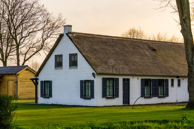 Klassisches niederländisches Landwirthaus mit einem Strohdach, Architektur an der Landschaft der Niederlande lizenzfreies stockfoto