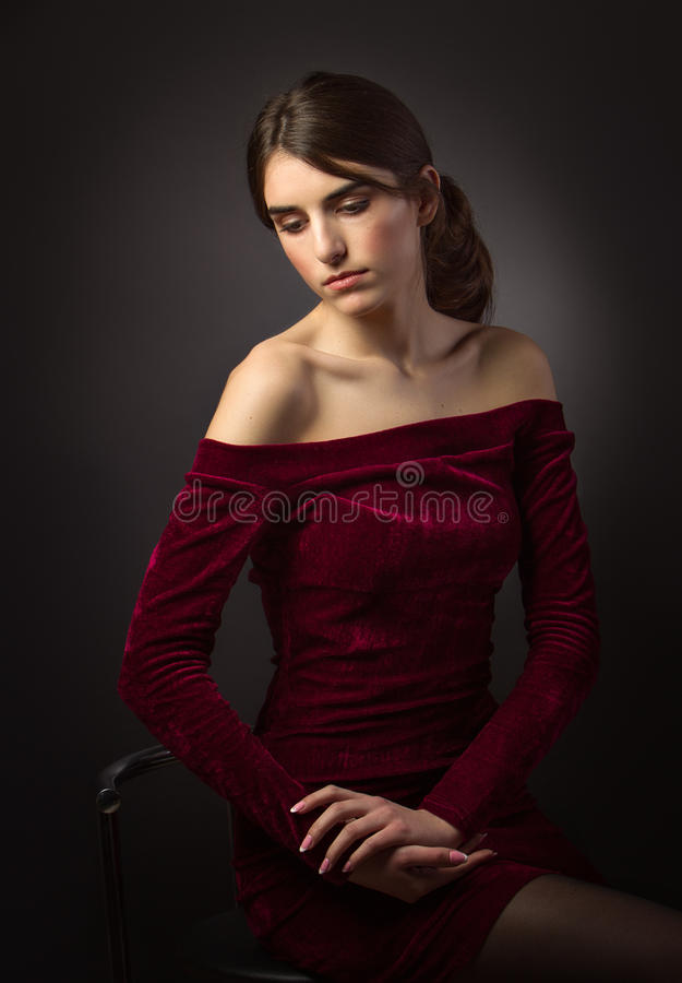 Klassisches Porträt des Mädchens auf dem Schwarzen Öffnen Sie Schultern stockbild