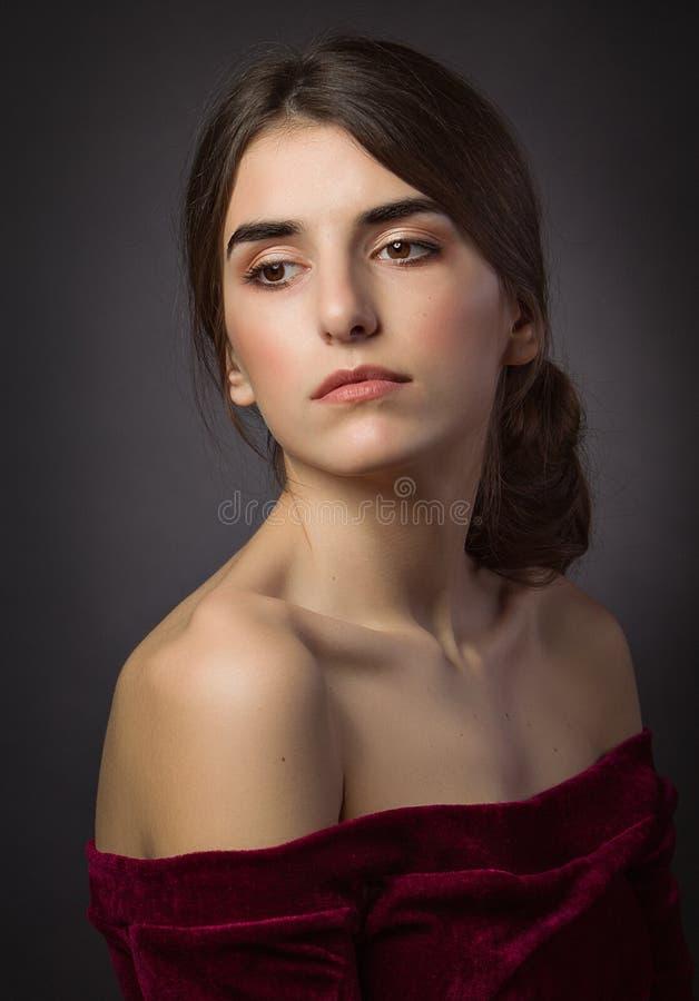 Klassisches Porträt des Mädchens auf dem Schwarzen Öffnen Sie Schultern und nackte Art eleganz stockfoto