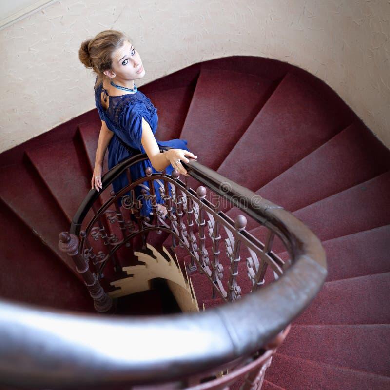 Klassisches Portrait der eleganten Frau auf Treppenhaus stockbild