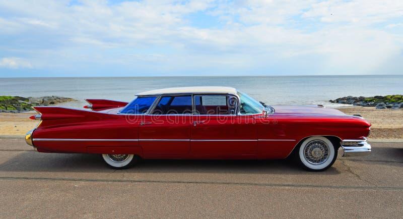 Klassisches rotes fünfziger Jahre 4 Tür Cadillac-Automobil geparkt auf Seeseitepromenade stockbild