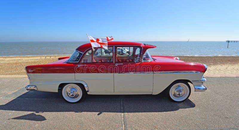 Klassisches rotes und Sahne-Vauxhall Victor SuperMotor Car Parked auf Seeseite-Promenade Fliegenflaggen von St George lizenzfreie stockfotografie