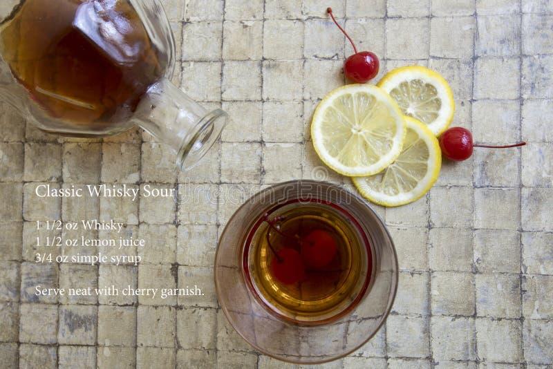 Klassisches saures Cocktail und Rezept des Whiskys lizenzfreies stockfoto