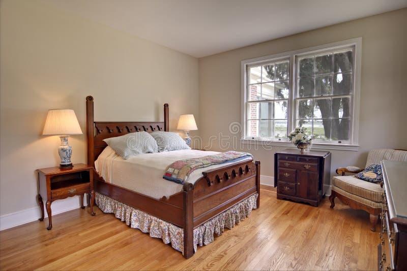 Klassisches Schlafzimmer mit Wasseransicht lizenzfreies stockfoto