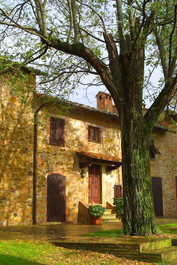 Klassisches toskanisches Bauernhaus stockbild