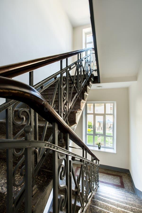 Klassisches Treppenhaus in einem Reihenhaus stockbilder