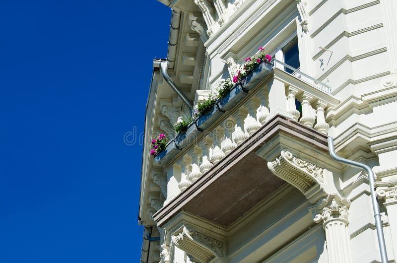 Klassisches weißes Gebäude mit Balkon stockfotografie