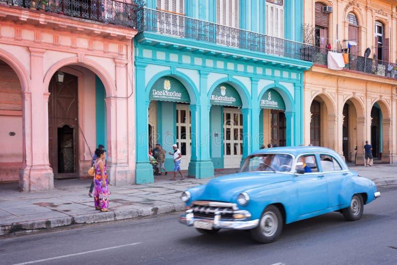Klassisches Weinleseauto und bunte Kolonialbauten in der Hauptstraße von altem Havana stockfotografie