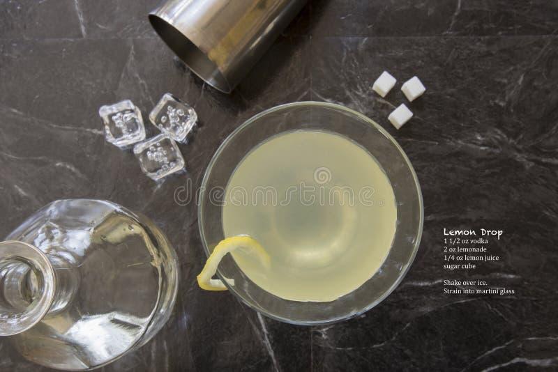 Klassisches Zitronendrops-Martini-Cocktail mit Flasche und Rezept lizenzfreies stockbild