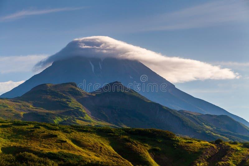 Klassisk aktiv stratovolcano Vilyuchinsky Ryssland, Kamchatka fotografering för bildbyråer
