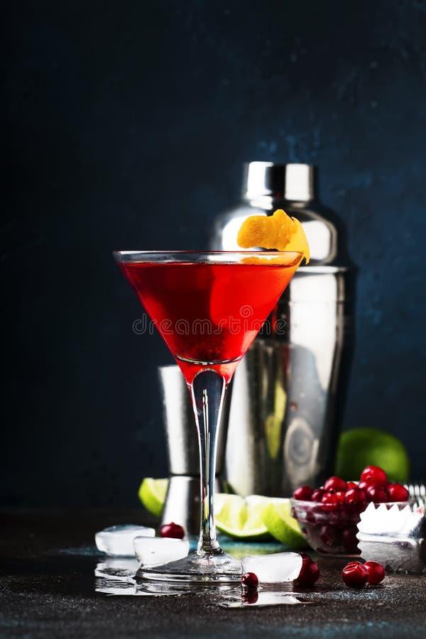 Klassisk alkoholiserad coctailkosmopolit med vodka, lik?r, tranb?rfruktsaft, limefrukt, is och orange piff, m?rk st?ngr?knare royaltyfria foton