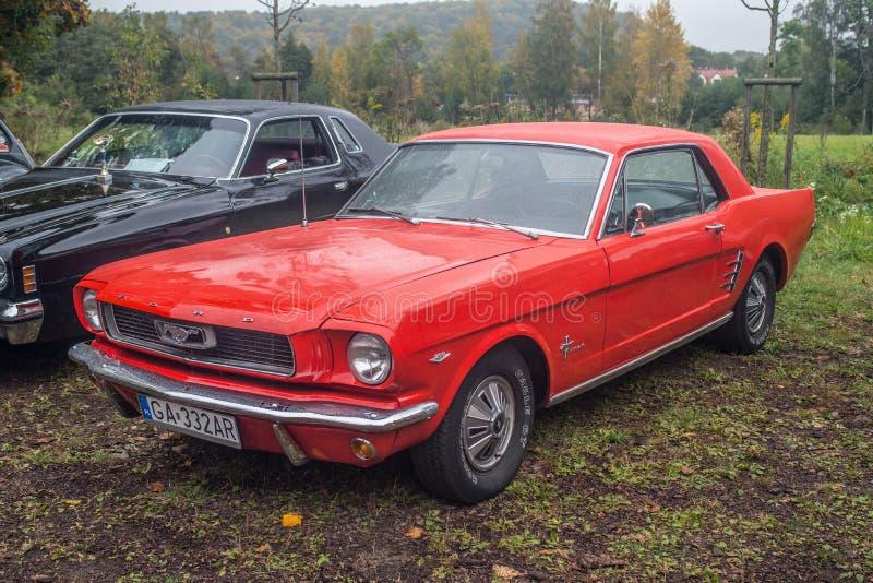 Klassisk amerikanare Ford Mustang i rött arkivfoton