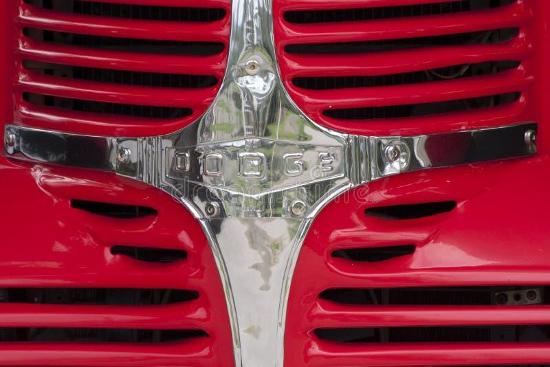 Klassisk amerikanDodge lastbil och USA-flagga royaltyfria bilder