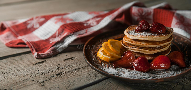 Klassisk amerikansk pannkaka med honung arkivfoton