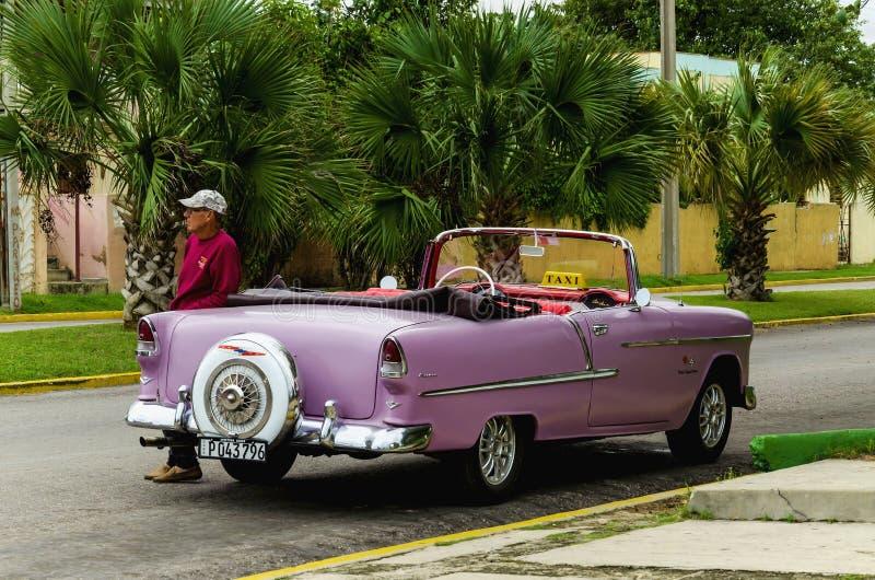 Klassisk amerikansk purpurfärgad bil på havannacigarrgatan arkivfoto