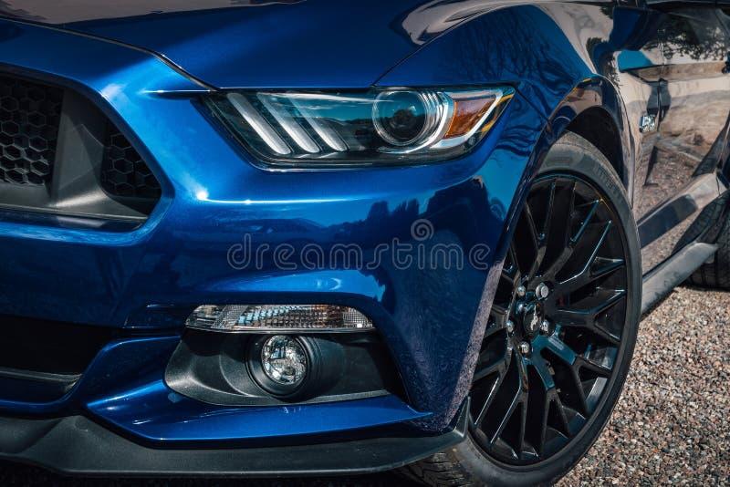 Klassisk amerikansk sportbil i metallisk blåttfärg arkivbild