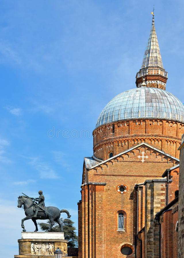 Klassisk arkitektur och domkyrkabyggnad för St Antony med torn och kupol mot blå himmel i Padua, Italien royaltyfria foton