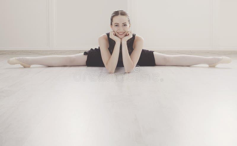 Klassisk balettdansör i kluven stående arkivbilder