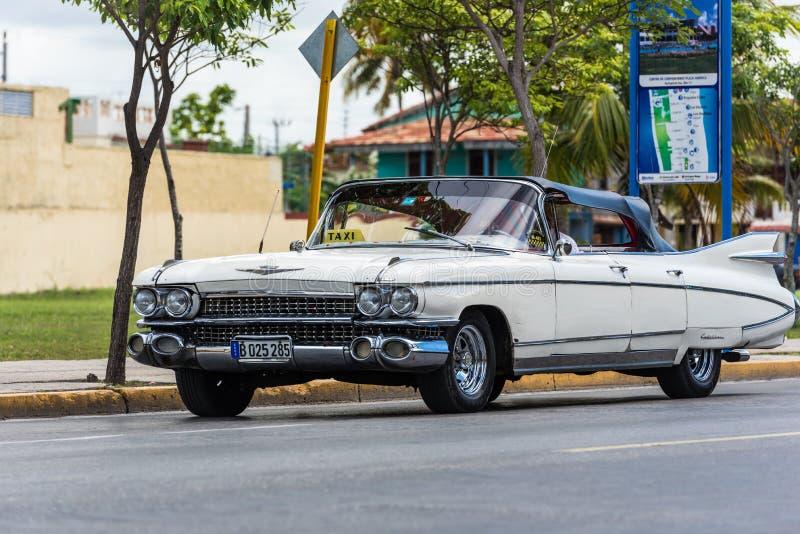 Klassisk bil för vit taxi på gatan i Kuba arkivfoto