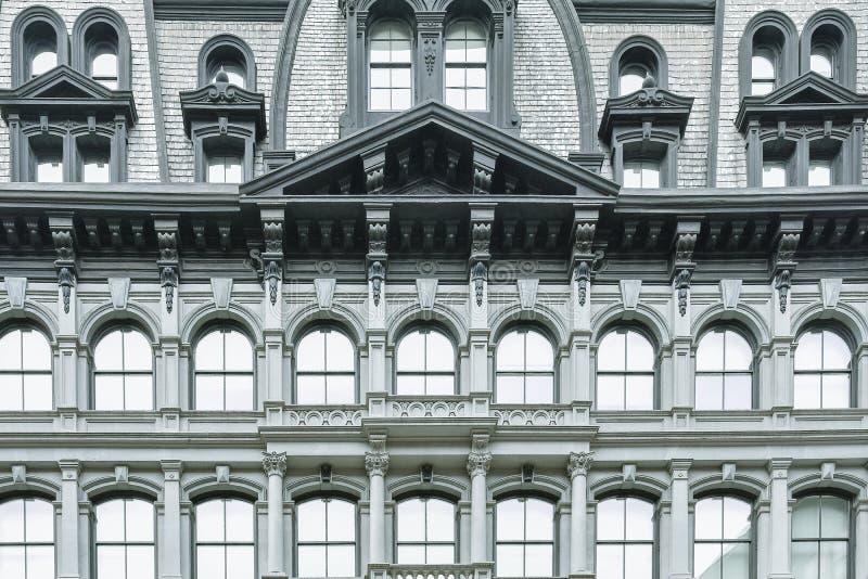 Klassisk byggande fasad med välvda fönster arkivfoton