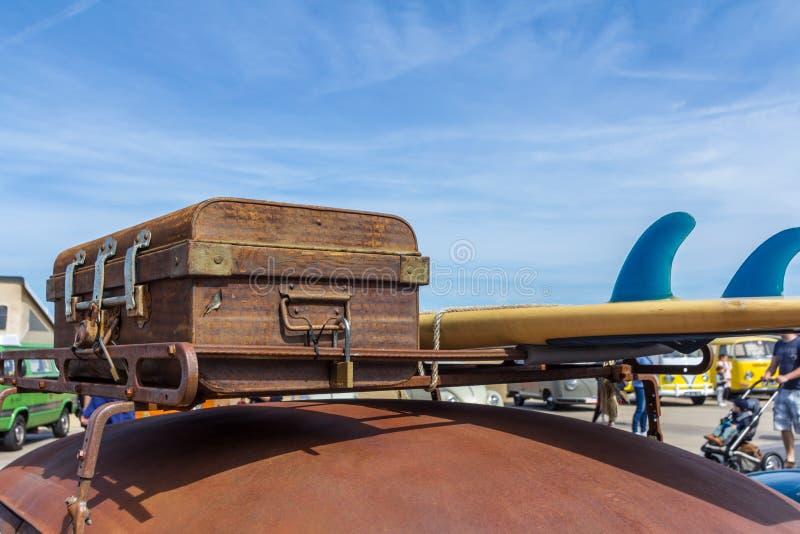 Klassisk closeup för VW av bagage överst av tappningVW-skalbaggen arkivfoto