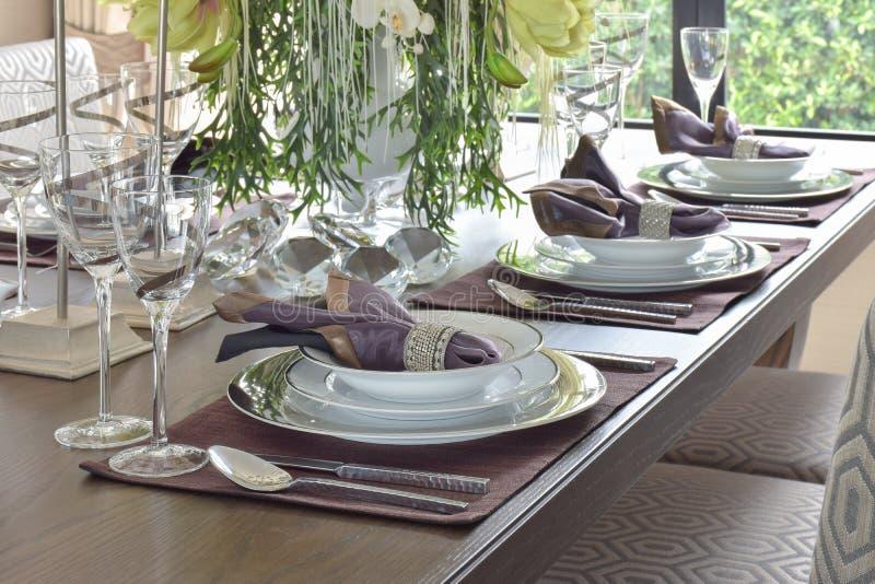Klassisk elegansstil som äter middag uppsättningen på att äta middag tabellen royaltyfri foto