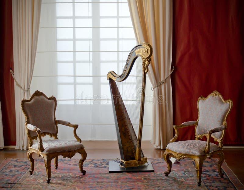 Klassisk elegant stolar och harpa royaltyfri foto