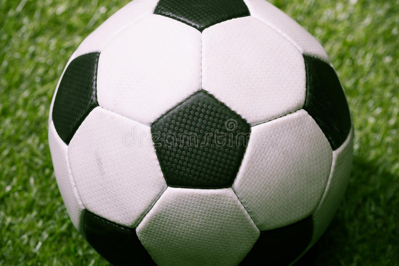 Klassisk fotbollboll på den gröna fotbollgraden royaltyfria foton