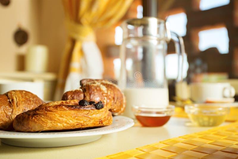 Klassisk fransk frukost arkivbild