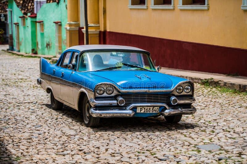 Klassisk gammal bil på gator av Trinidad, Kuba royaltyfri fotografi