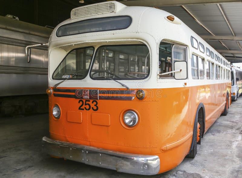 Klassisk gammal buss royaltyfria foton