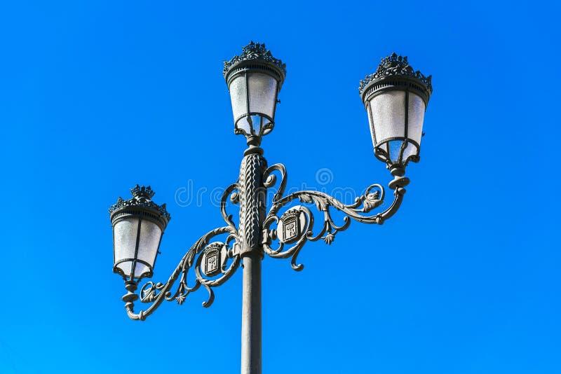 Klassisk gammal lampa mot den blåa himlen, Madrid, Spanien Kopiera utrymme för text fotografering för bildbyråer