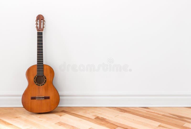 Klassisk gitarr i ett tomt rum royaltyfri bild