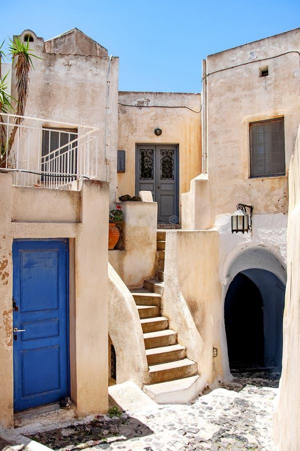 Klassisk grekisk arkitektur med blåa dörrar och slutare, Santorini, Grekland, stad av Pyrgos, Europa Loppbegrepp, detaljer av arkivfoto