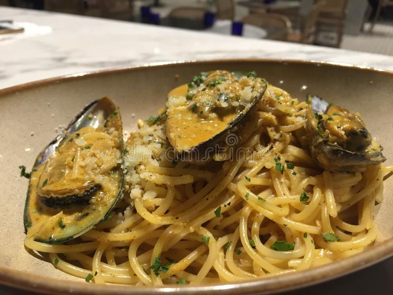 Klassisk havs- pasta: Spagetti med musslor royaltyfria bilder