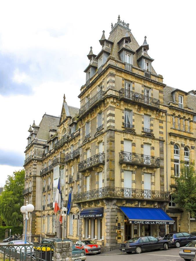 Klassisk hotellarkitektur på staden för termisk vår av La Bourboule i centrala Frankrike arkivbilder