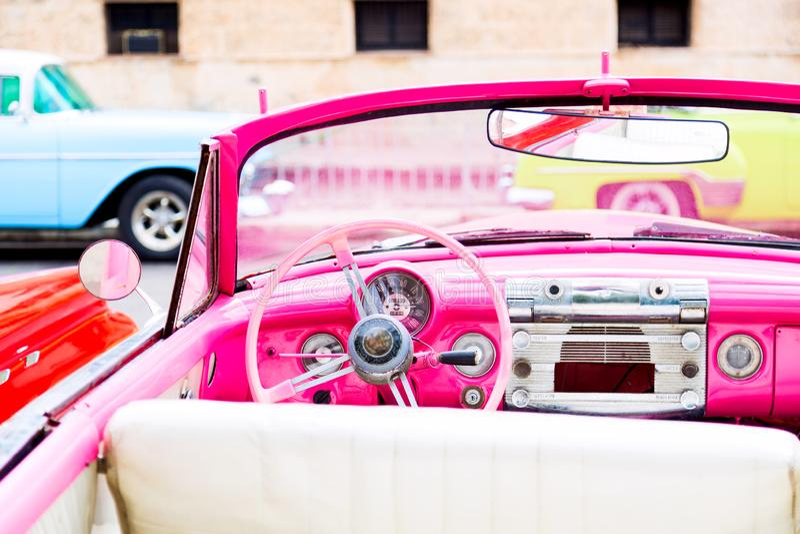 Klassisk inre för rosa tappning av amerikanaren som parkeras på gatan av den gamla havannacigarren, Kuba fotografering för bildbyråer