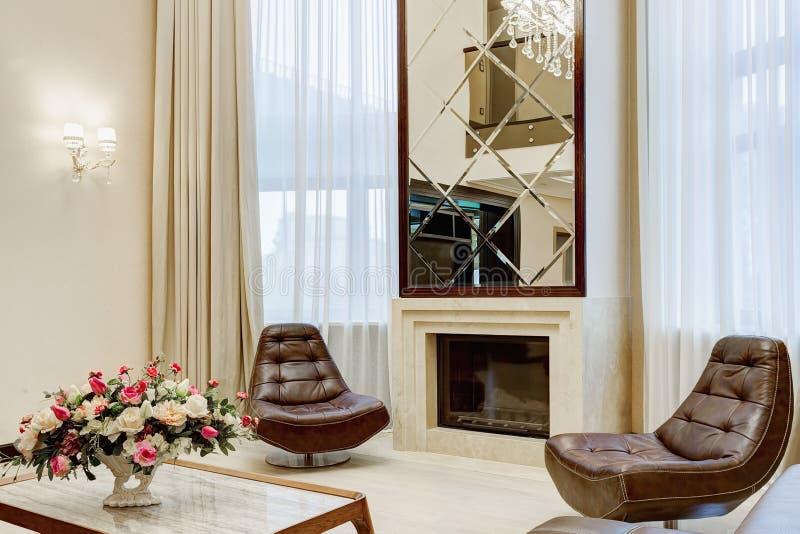 Klassisk inre vardagsrum med spisen royaltyfri fotografi