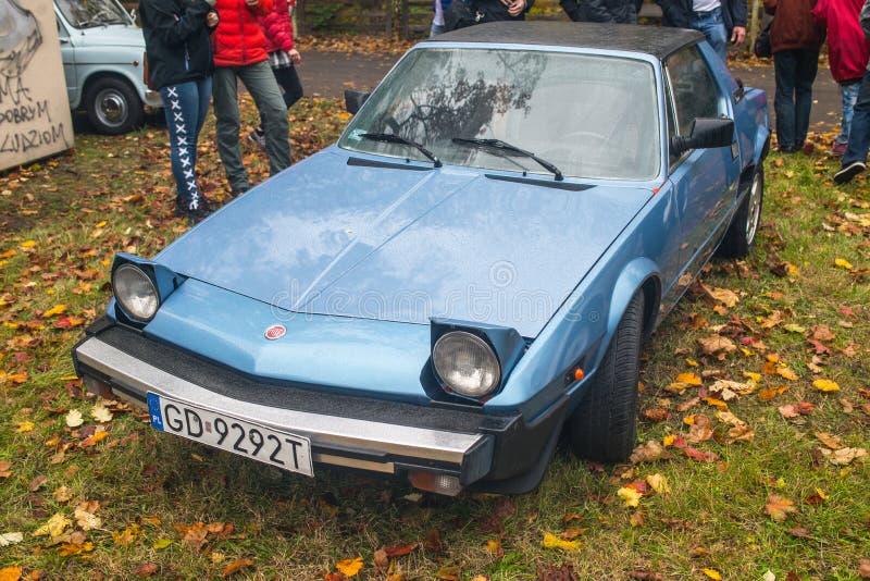 Klassisk italiensk sportage Fiat i blått royaltyfria foton