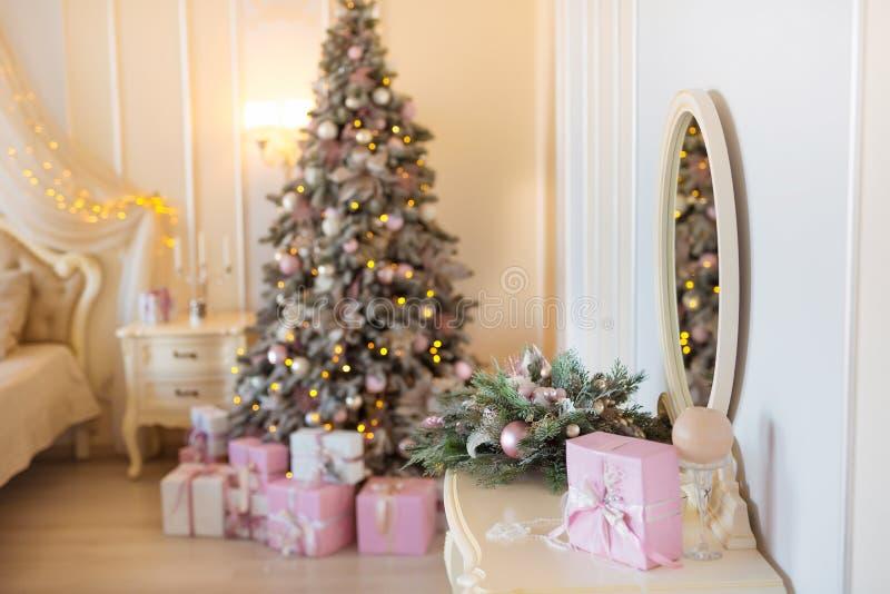 Klassisk jul dekorerade inre rum med trädet för det nya året Modernt lyxigt designlägenhetsovrum med säng Jul arkivbilder
