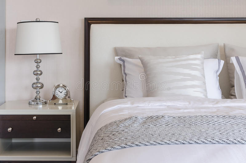 Klassisk lampstil på tabellen i lyxigt sovrum royaltyfri foto